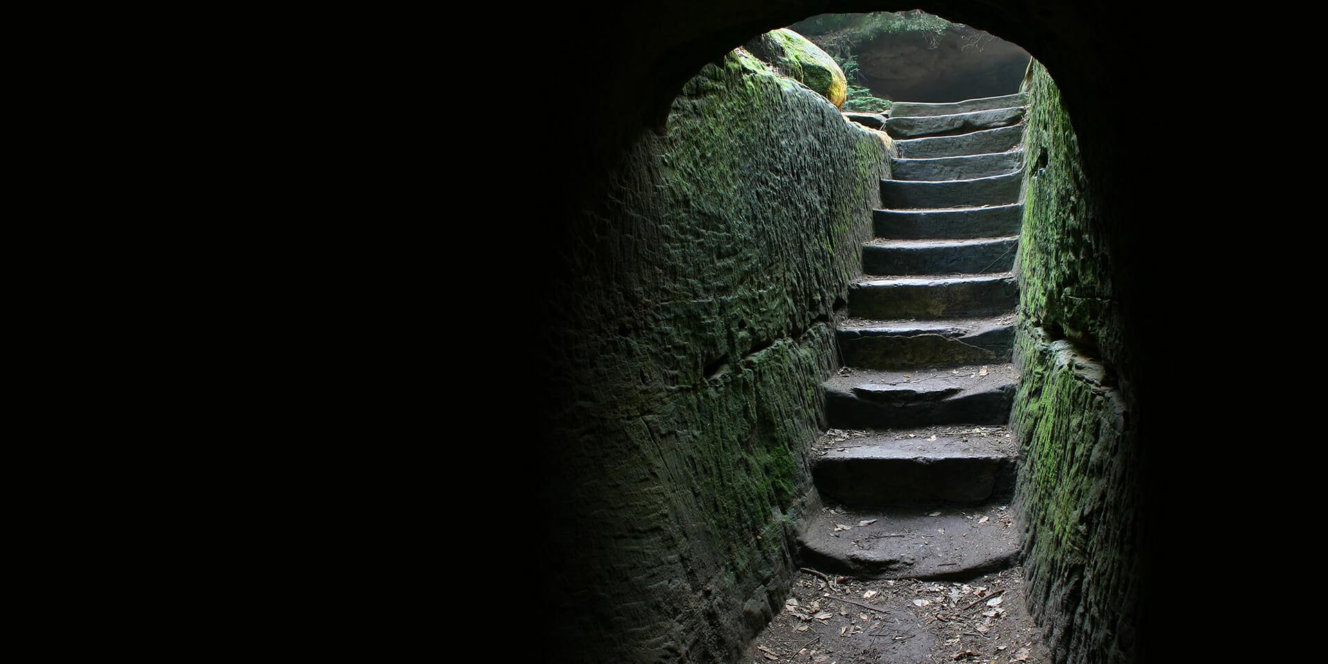 Höhle mit einer Treppe aus Ausgang