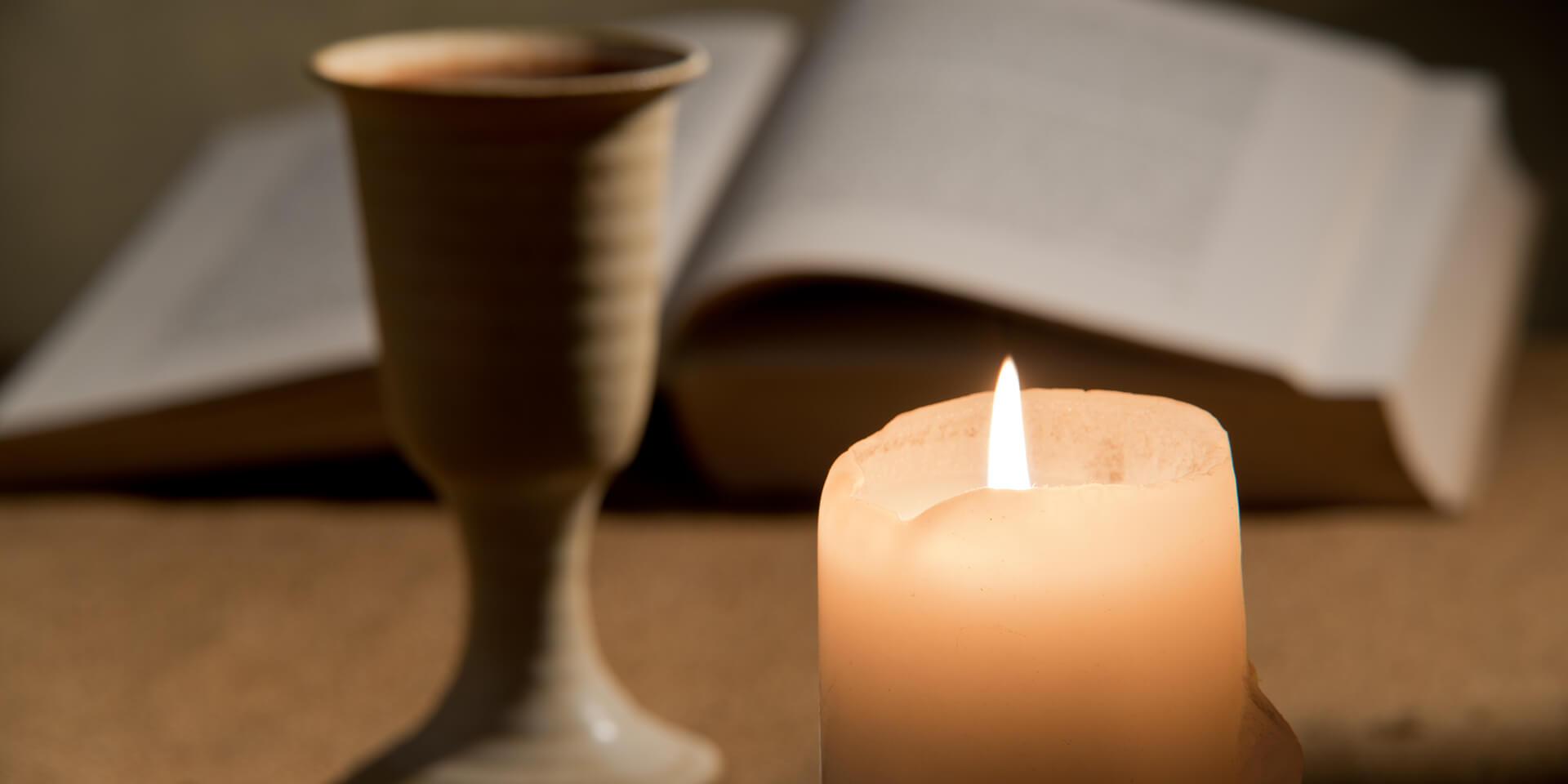 Bibel, Brot und Becher mit Wein