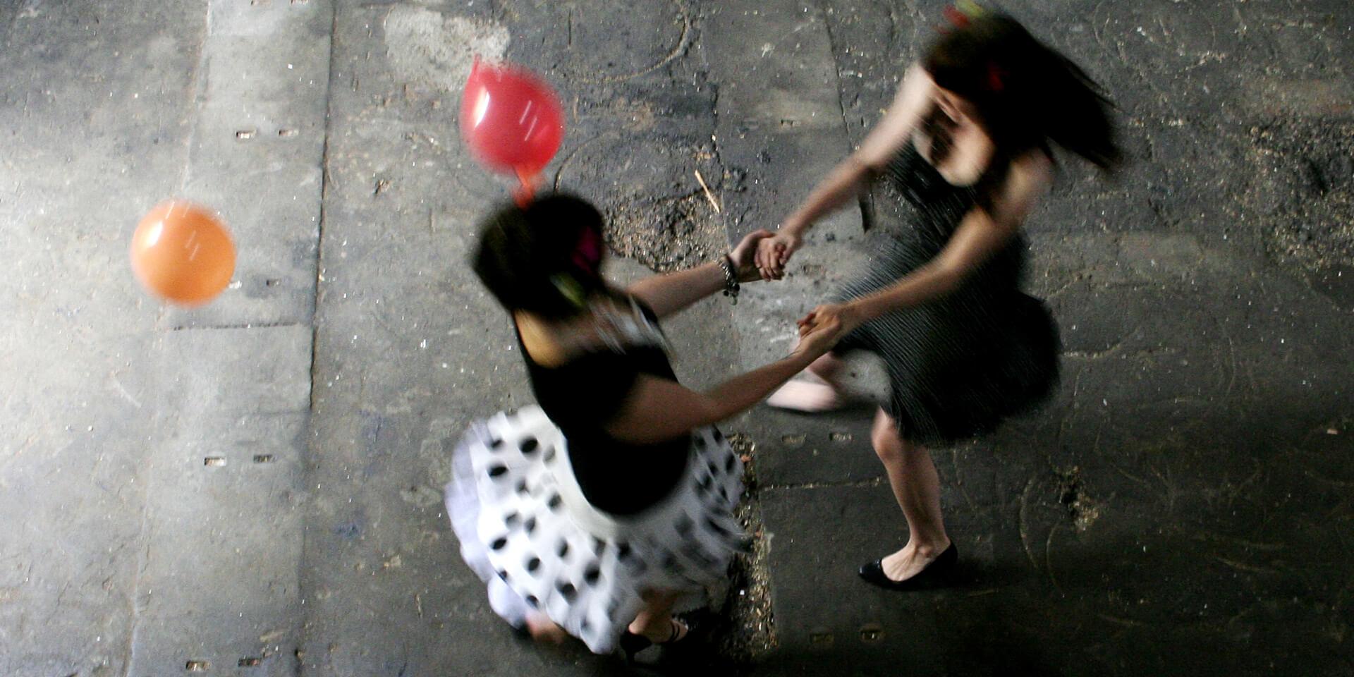 Zwei Frauen wirbeln fröhlich herum