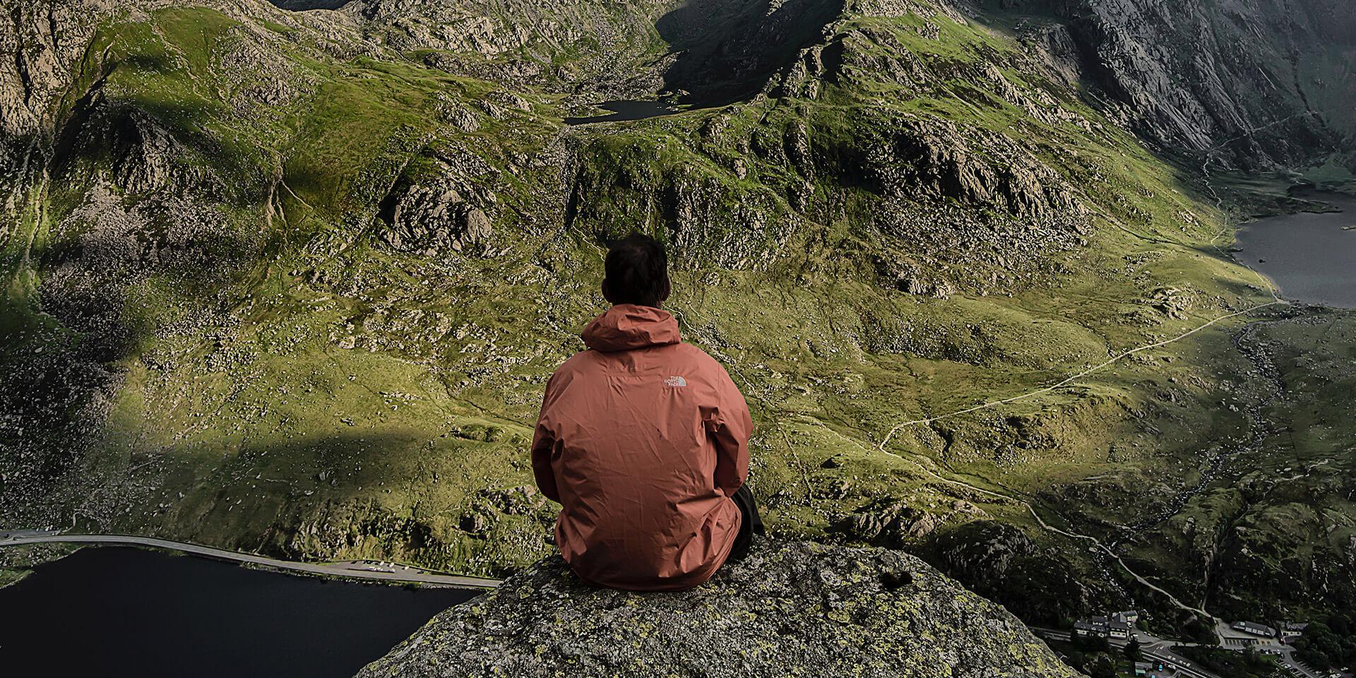 Wanderer blickt in ein Tal