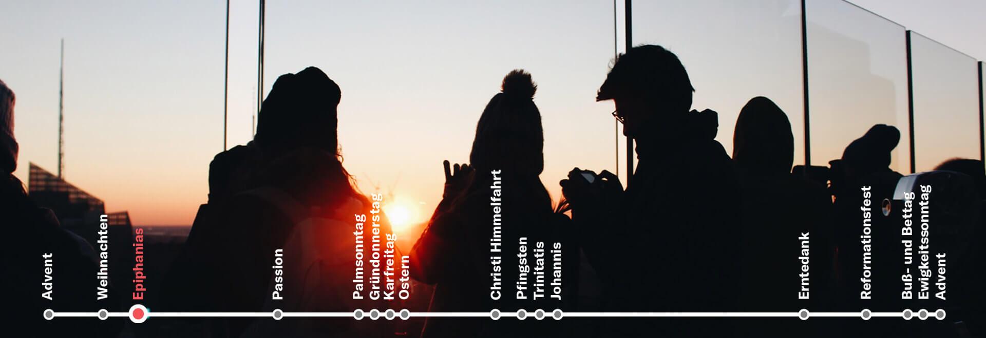 Menschen schauen in den Sonnenuntergang