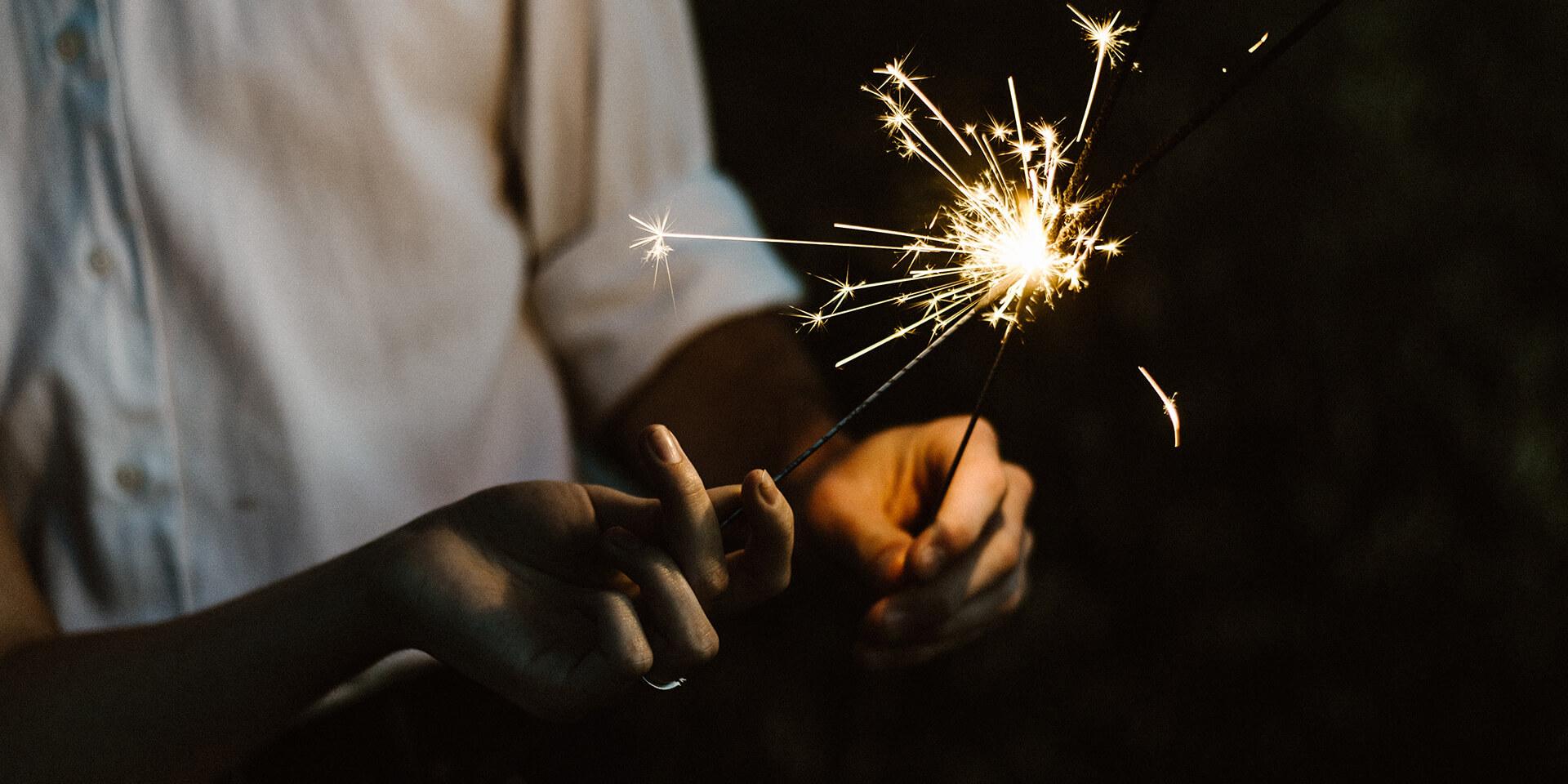Hände mit Wunderkerzen