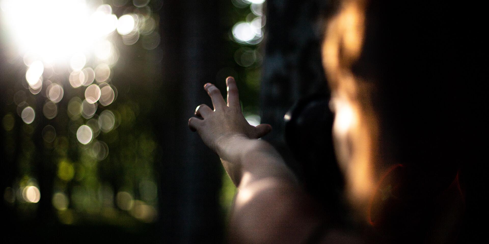 Der Sonne entgegengestreckte Hand